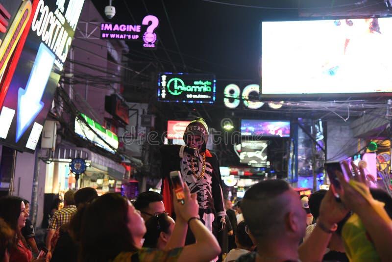 Ludzie w chodz?cym ulicznym Pattaya Thailand nocy ?yciu zdjęcie royalty free