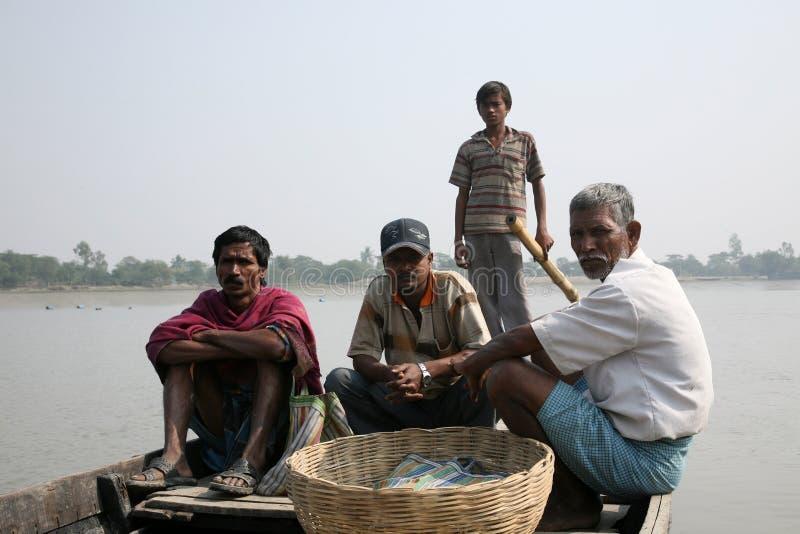 Ludzie w drewnianej łodzi krzyżują Ganges rzekę w Gosaba, Zachodni Bengalia, India zdjęcia royalty free