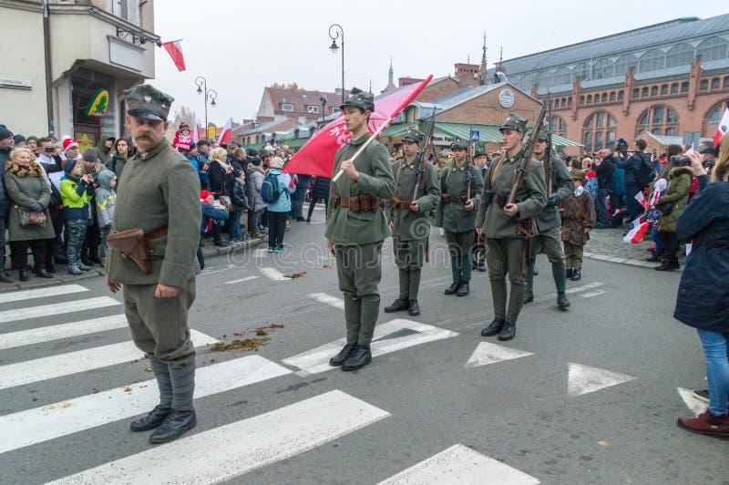 Ludzie w dziejowych żołnierzach mundurują na 100th rocznicie Polski dzień niepodległości obrazy stock