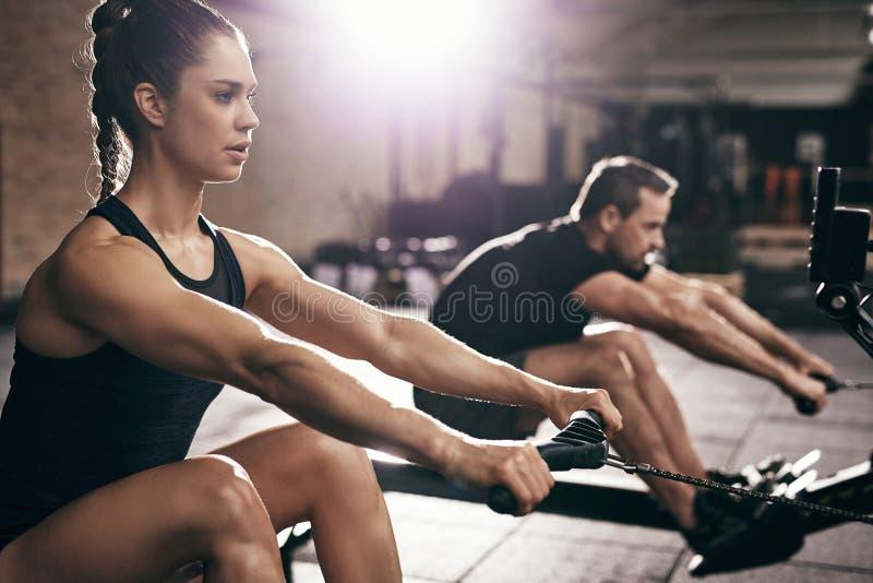 Ludzie w gym execising na udźwig maszynie zdjęcie royalty free