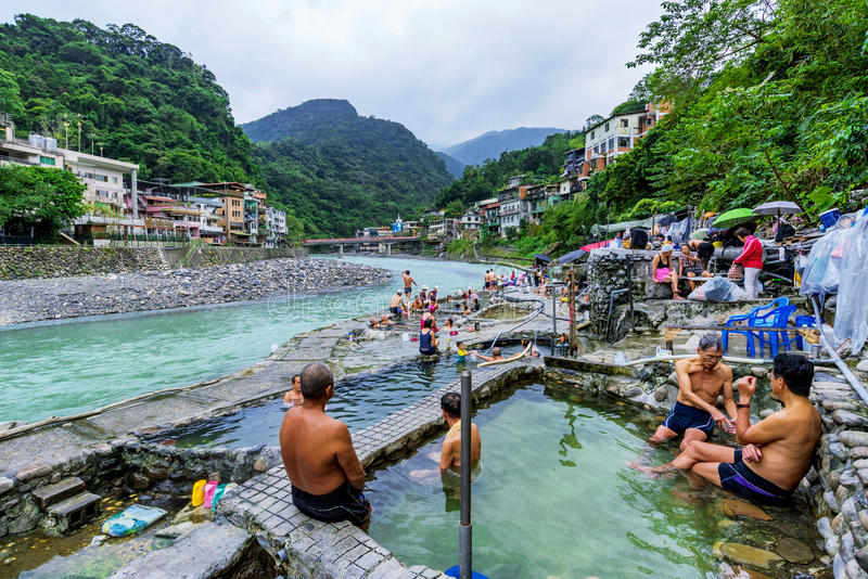 Ludzie w kąpaniu w Wulai wiosce obrazy royalty free