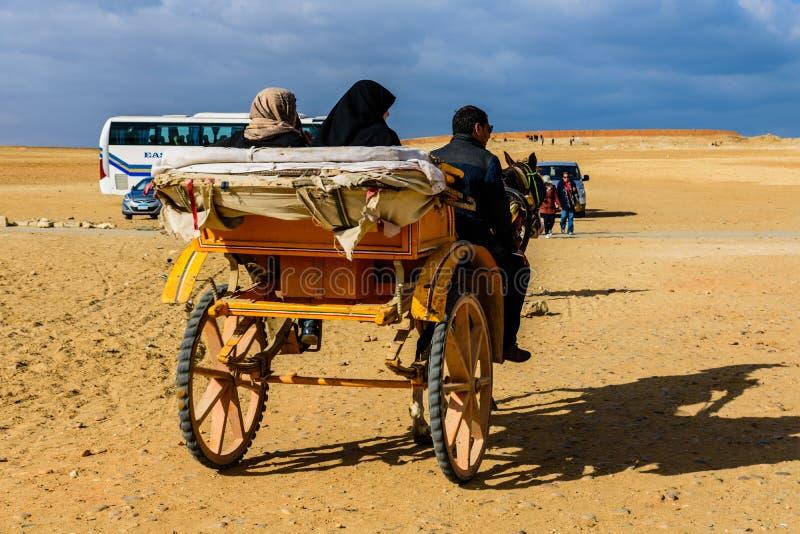 Ludzie w końskim rydwanie blisko wielkich ostrosłupów w Giza, Egipt zdjęcia royalty free
