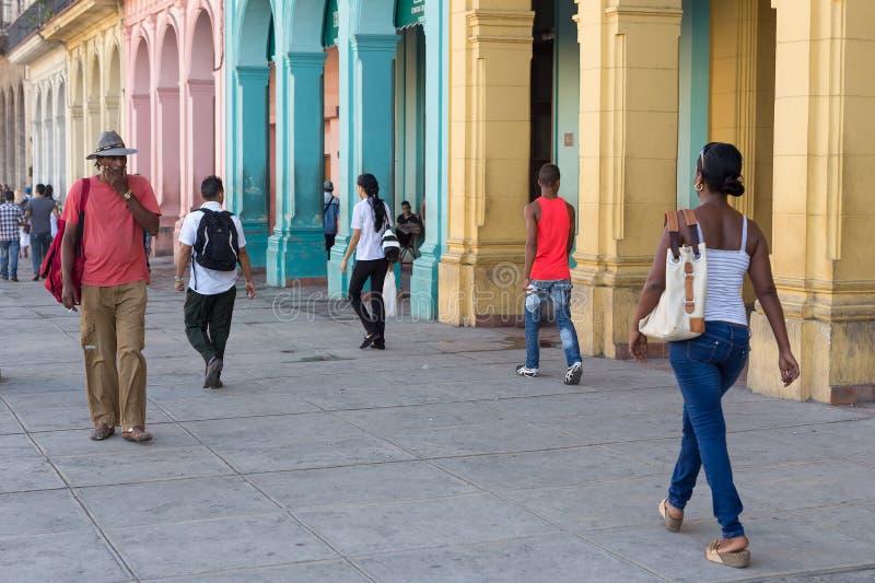 Ludzie w kolorowej ulicie w Hawańskim, Kuba zdjęcia royalty free
