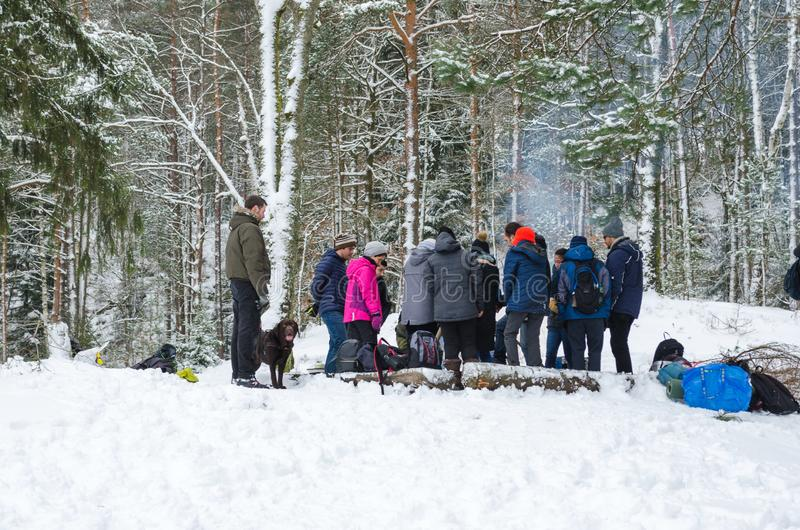Ludzie w lesie na wintertime obraz stock