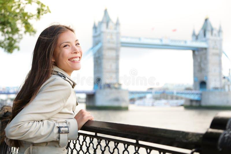 Ludzie w Londyn - kobieta szczęśliwa wierza mostem obraz stock