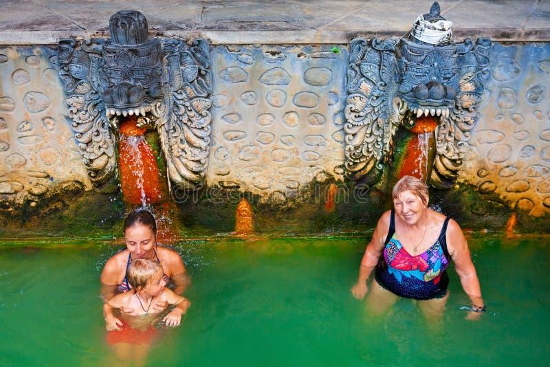 Ludzie w naturalnym gorącej wiosny powietrzu Panas Banjar na Bali zdjęcia royalty free