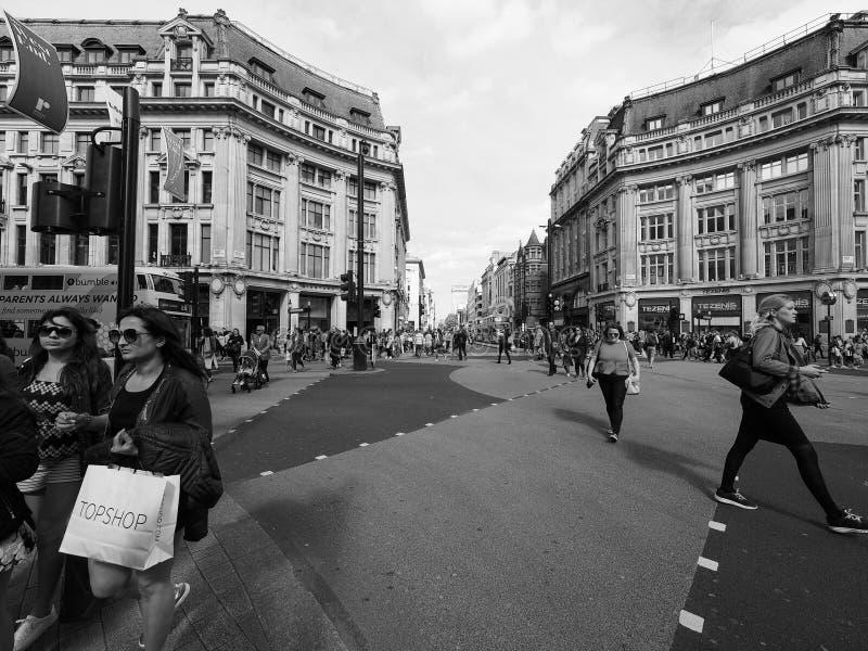 Ludzie w Oksfordzkim cyrku w Londyński czarny i biały fotografia stock
