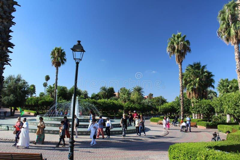 Ludzie w pięknym parku w nowożytnej części Marrakesh fotografia stock