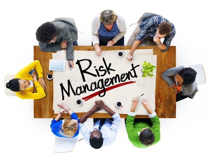 Ludzie w spotkaniu i zarządzań ryzykiem pojęciach zdjęcia royalty free