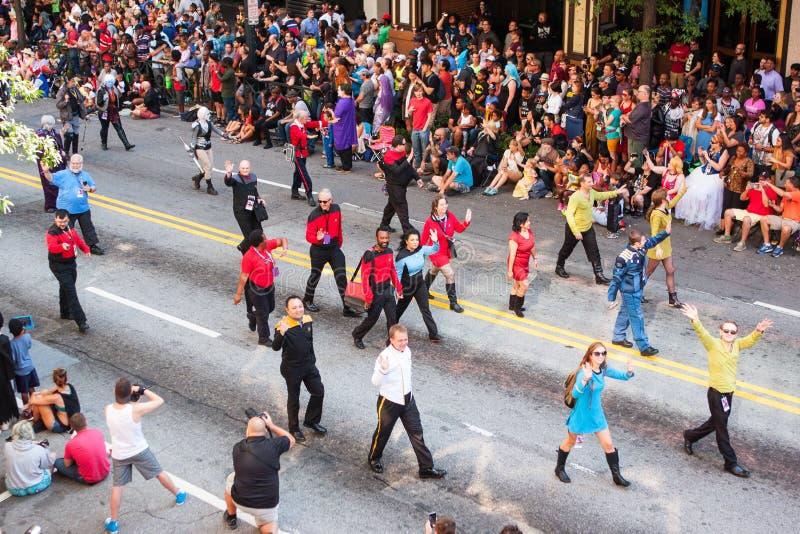 Ludzie W Star Trek kostiumów spacerze Przy smoka przeciwu paradą zdjęcie royalty free
