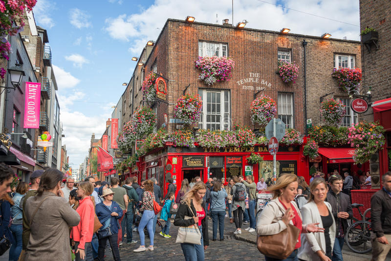 Ludzie w ulicie przed sławnym świątynia barem w Dublin Irlandia, zdjęcia stock