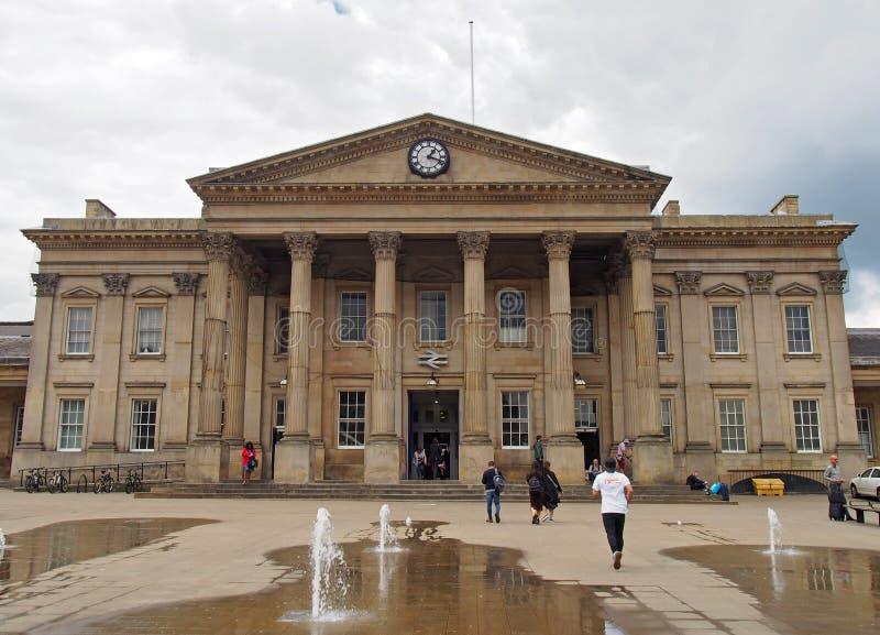 ludzie w ?wi?tobliwym Georges obciosuj? Huddersfield przed fasad? historyczny wiktoria?ski dworzec obraz stock