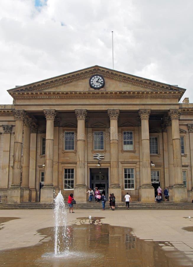 ludzie w ?wi?tobliwym Georges obciosuj? Huddersfield przed fasad? historyczny wiktoria?ski dworzec obraz royalty free