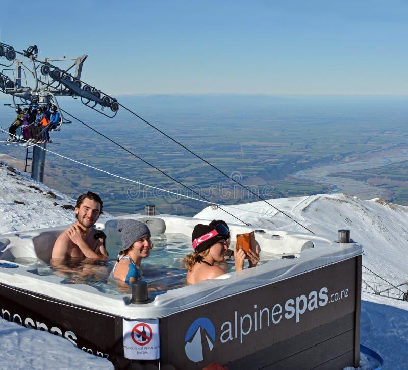 Ludzie w zdroju skąpania wierzchołku góry Hutt narty pole zdjęcia royalty free