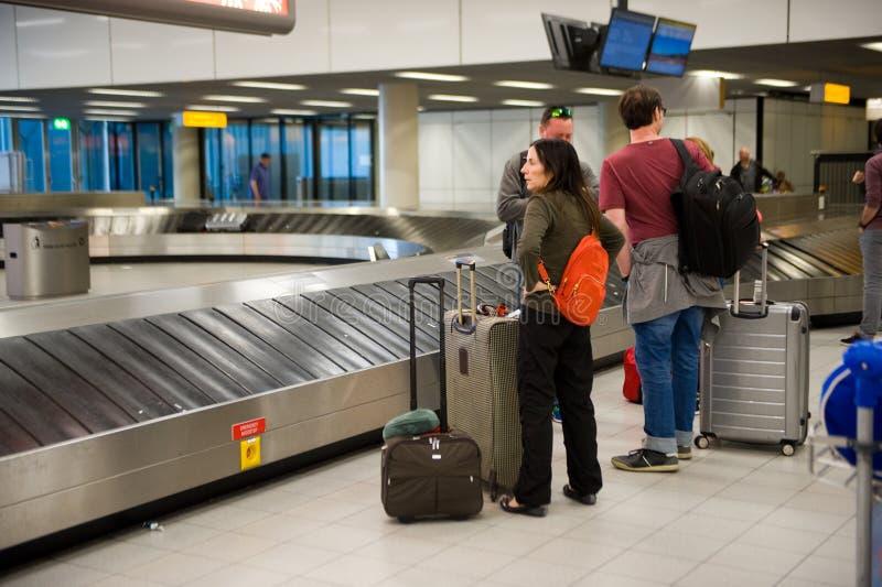 Ludzie wating dla walizki fotografia royalty free