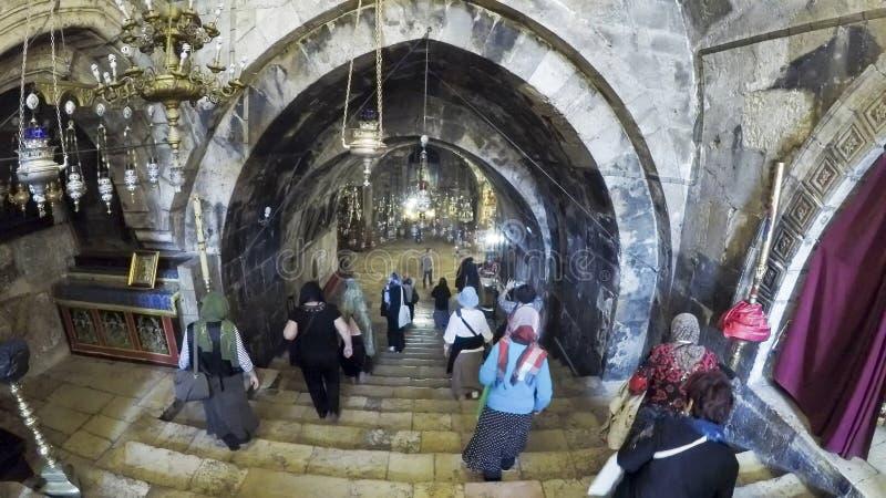 Ludzie wchodzić do w świątynnej Maria grocie w Jerozolima zdjęcia stock