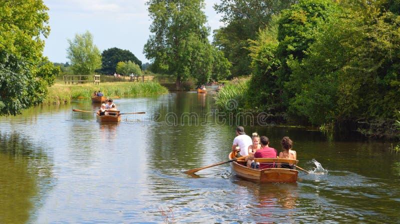Ludzie wioślarskich łodzi na rzecznym Stour obraz stock