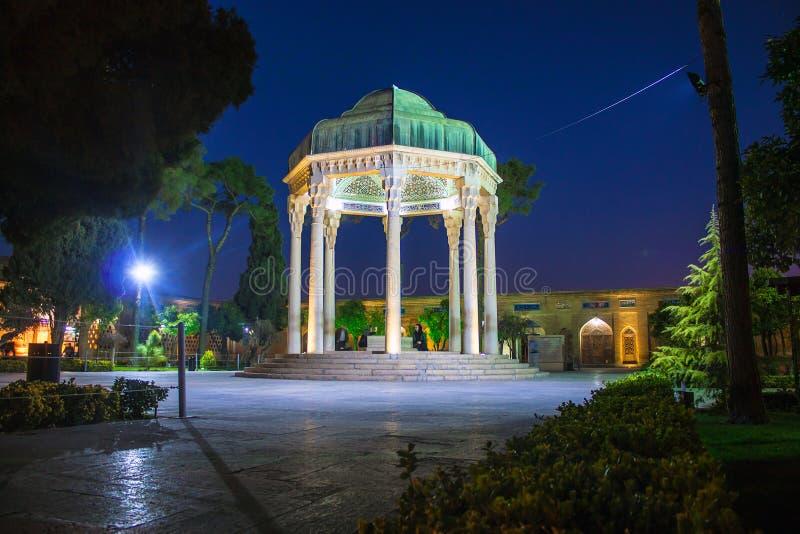 Ludzie wizyta grobowa poeta Hafez zdjęcie stock