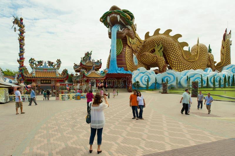 Ludzie wizyta smoka potomk?w park i muzeum w Suphan Buri, Tajlandia obraz stock