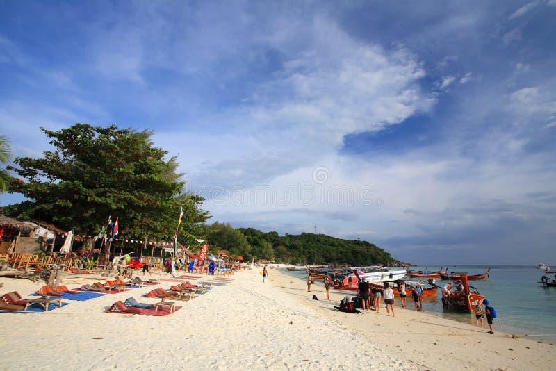 Ludzie wizyty Pattaya plaży w Lipe wyspie zdjęcie stock
