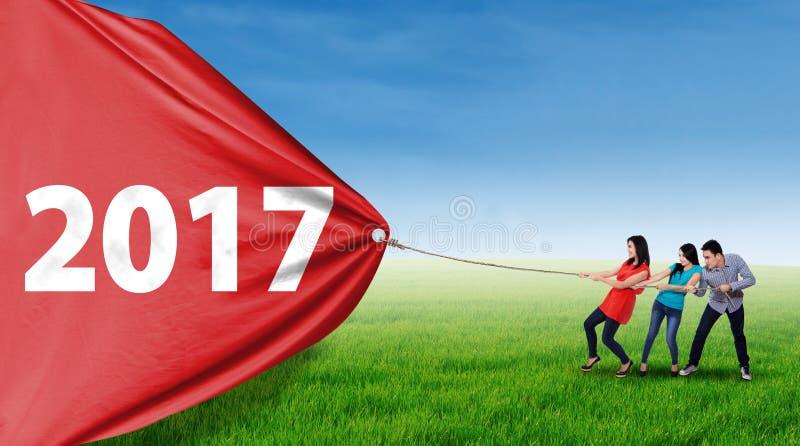 Ludzie wlec liczbę 2017 przy polem fotografia royalty free