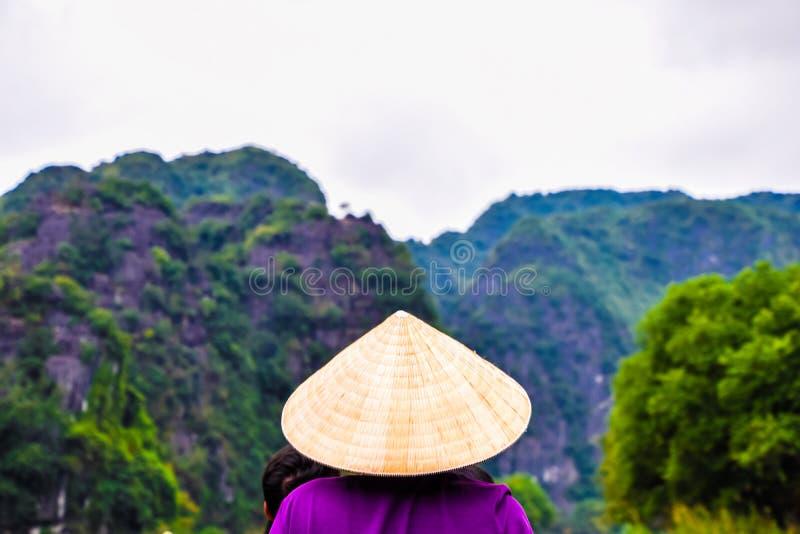Ludzie wodniactwo na wycieczce turysycznej przy & x22; Halong zatoka na land& x22; w Hanoi, Wietnam, punkt zwrotny Hanoi zdjęcia royalty free