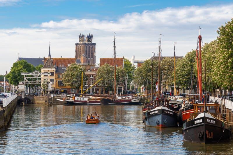 Ludzie wodniactwo w małym naczyniu w Nieuwe przystani Grote Kerk obrazy royalty free