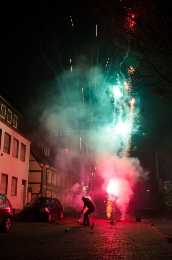 Ludzie wodowanie fajerwerków na ulicie fotografia stock