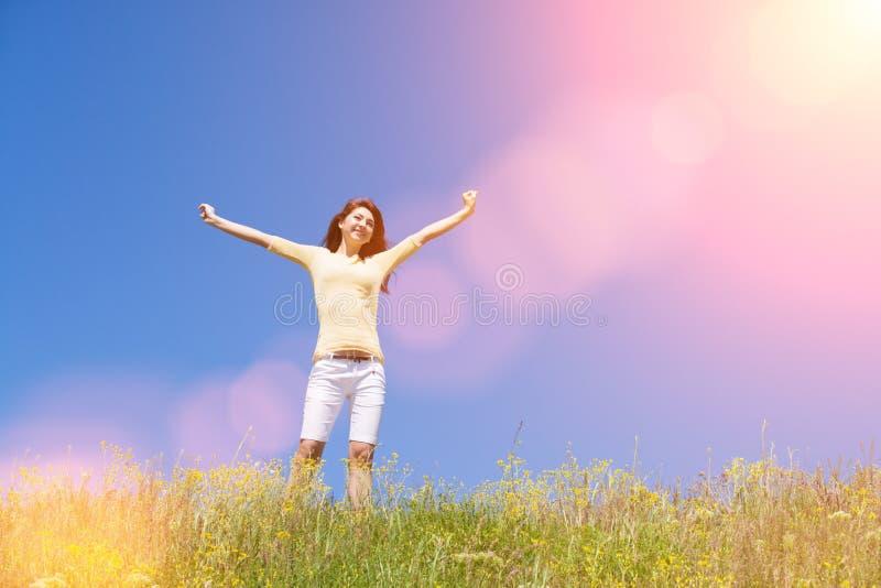 Ludzie wolno?? sukcesu poj?cia sen lataj? szcz??liwego wiatr kobieta Krajobraz trawy i kwiatu lata pole na s?onecznym dniu fotografia stock