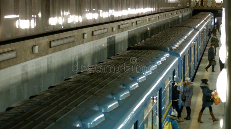 Ludzie wsiada daleko metra metro i dostaje obraz stock