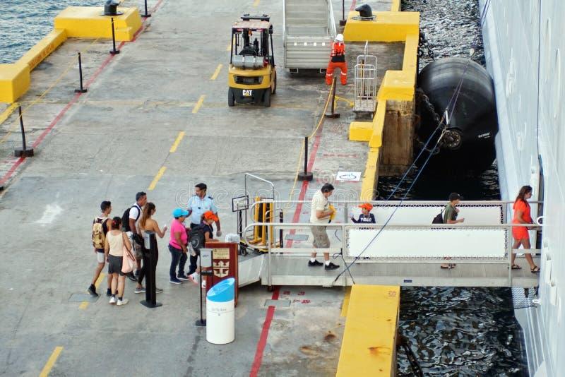 Ludzie wsiada statek wycieczkowego zdjęcia stock