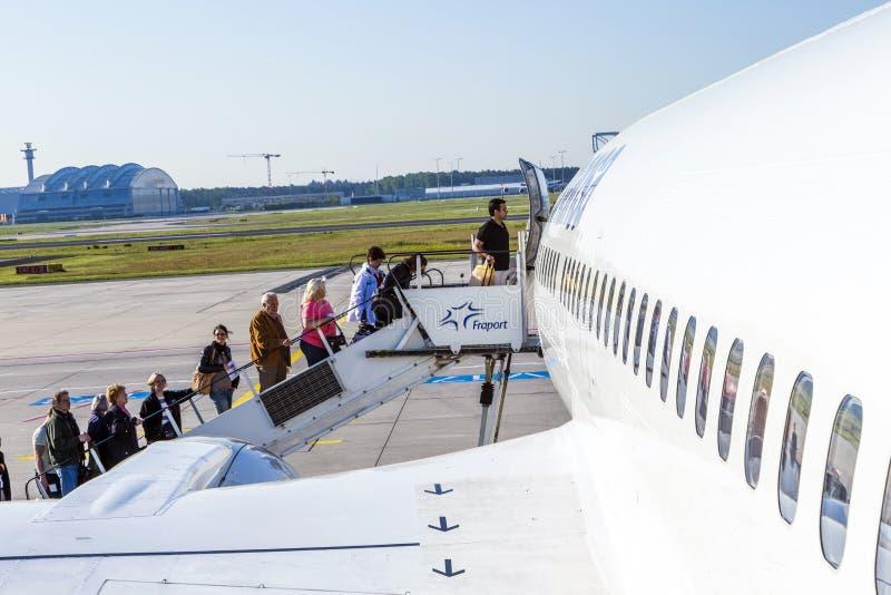 Ludzie wsiadają Lufthansa samolot zdjęcia stock