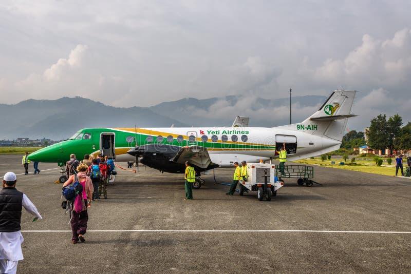 Ludzie wsiadają małego samolotowego latanie od Pokhara Kathmandu fotografia royalty free