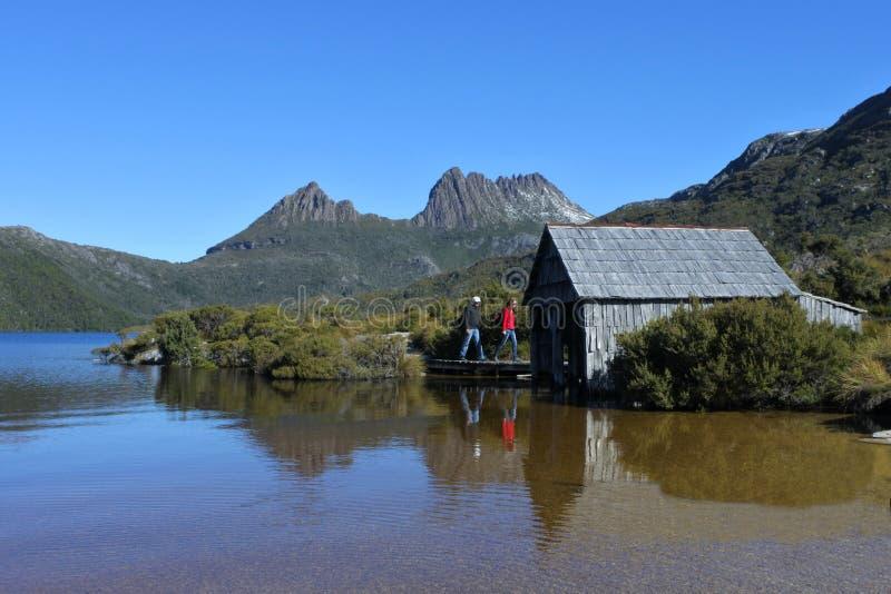 Ludzie wycieczkuje przy Kołysankowym jeziora St Clair parkiem narodowym Tasmania Australia zdjęcia stock