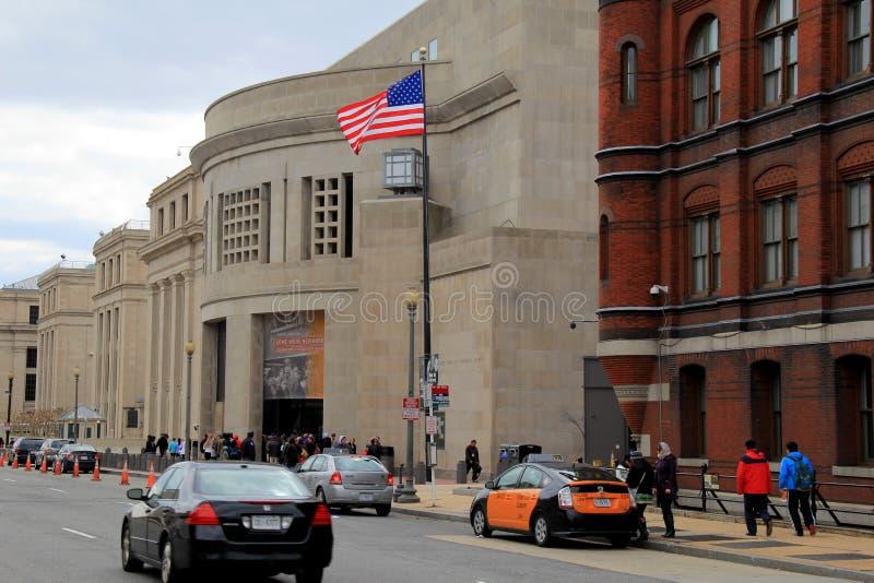 Ludzie wykładający up to wchodzić do Stany Zjednoczone holokausta Pamiątkowego muzeum, Waszyngton, DC, 2015 obrazy royalty free