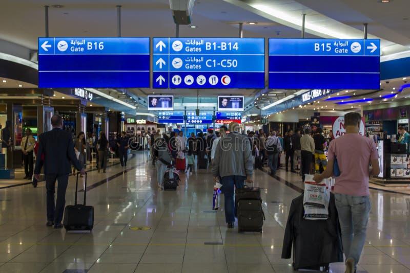 Ludzie z bagażowym odprowadzeniem w Lotniskowym bezcłowym terenie obrazy stock