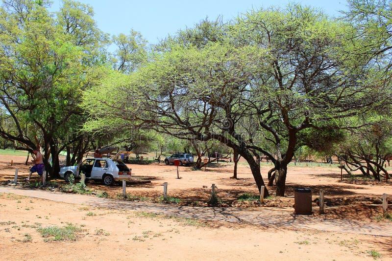 Ludzie z białym samochodowym odpakowaniem w afrykaninie obozują obraz stock
