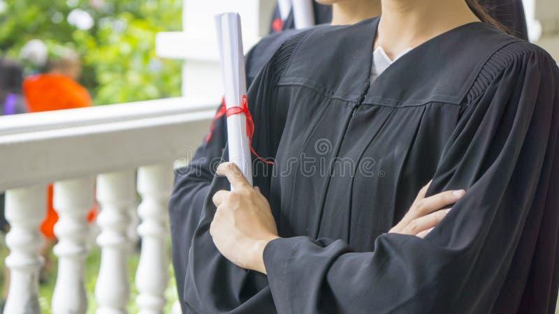 Ludzie z czarnym skalowanie tog chwyta dyplomem obrazy royalty free