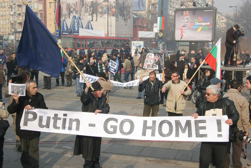 """Ludzie z dużym szyldowym """"Putin iść home† na protescie przeciw kandyday na prezydenta Rosja Vladimir Putin w Sofia, Bułgaria obraz stock"""
