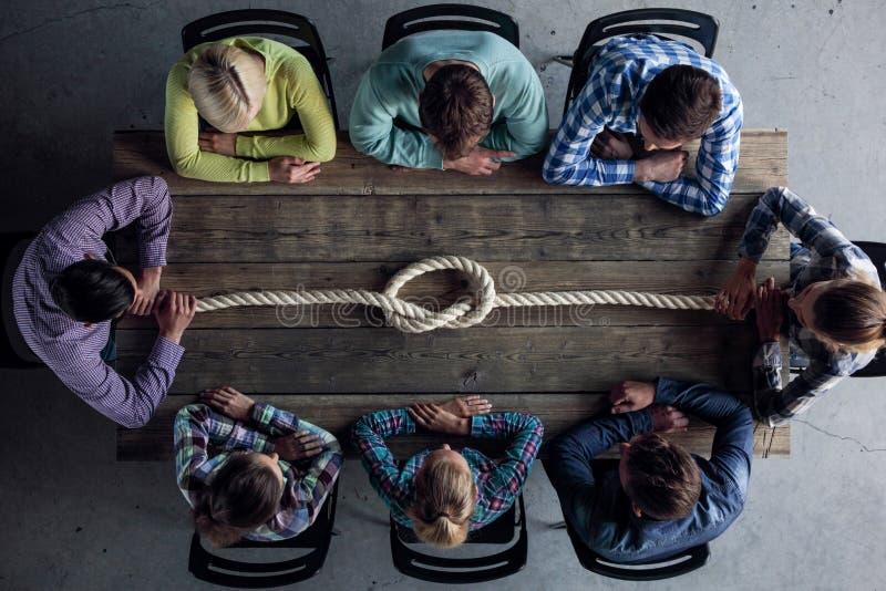 Ludzie z linowym guzkiem fotografia stock