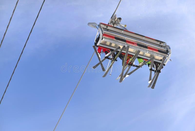 Ludzie z nartą w narciarskim dźwignięciu fotografia stock