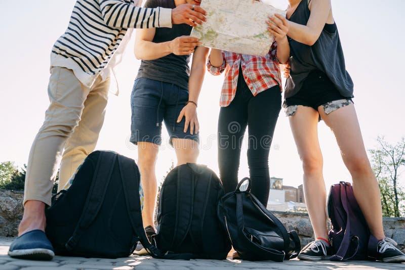 Ludzie z plecakami i miasto mapą fotografia stock