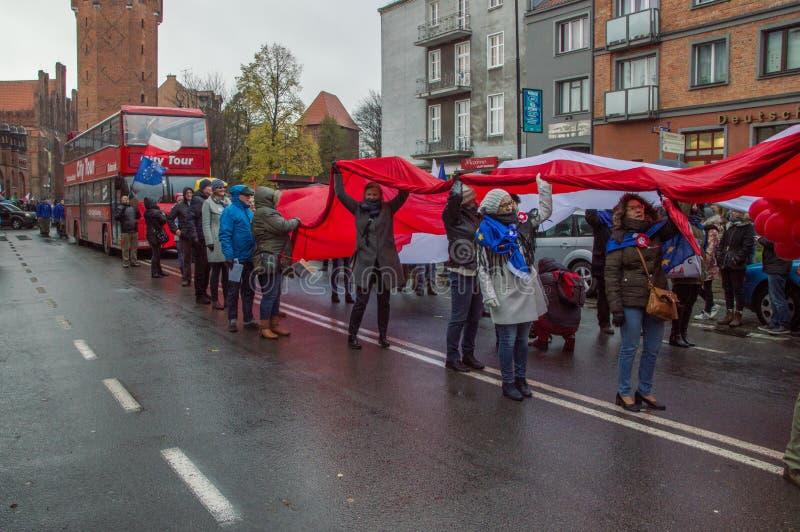 Ludzie z Polskim bielem i czerwona flaga przy Krajowym dniem niepodległości w Gdańskim w Polska fotografia royalty free
