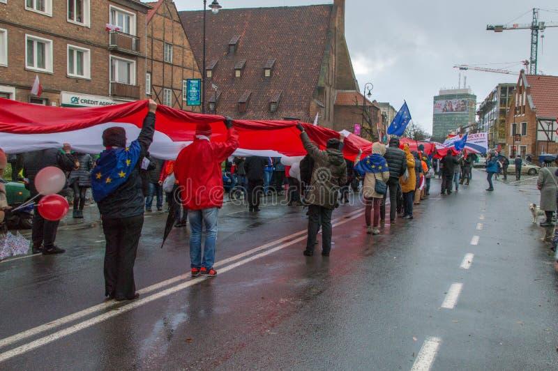Ludzie z Polskim bielem i czerwona flaga przy Krajowym dniem niepodległości w Gdańskim w Polska zdjęcia royalty free