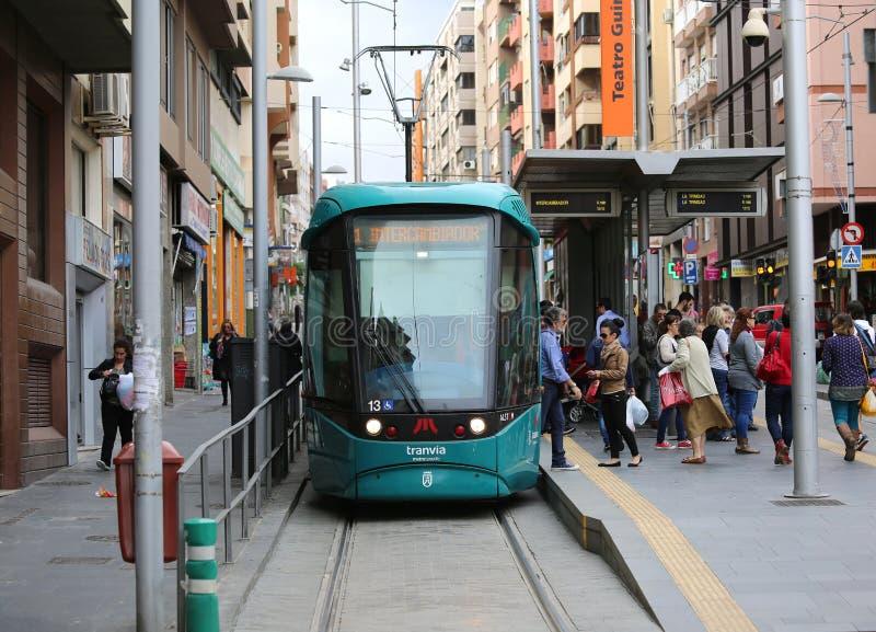 Ludzie z przerwami dostawać Tenerife tramwaj Tranvia fotografia stock