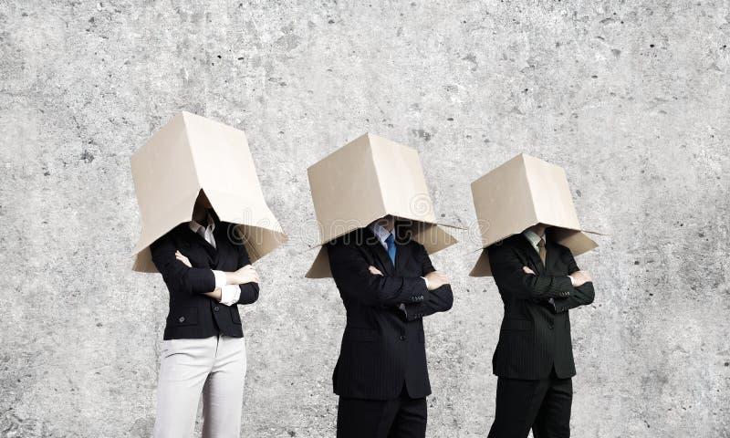 Ludzie z pudełkiem na głowie fotografia stock