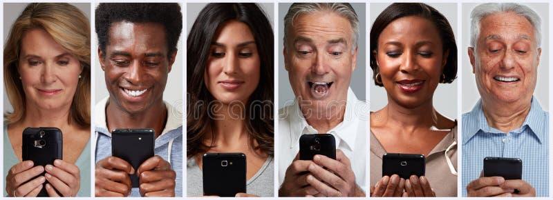 Ludzie z smartphones i wisząca ozdoba telefonami komórkowymi obraz stock