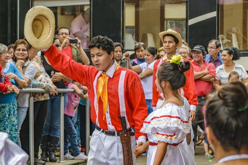 Ludzie z Typowym Kostiumowym tanem, Bucay, Ekwador obraz stock