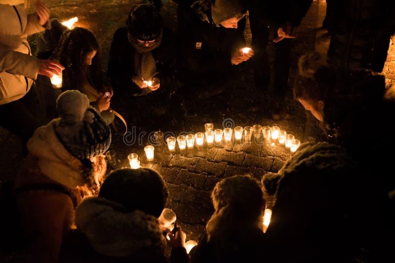 Ludzie zaświecają małe świeczki na ulicie w zmroku zdjęcia royalty free