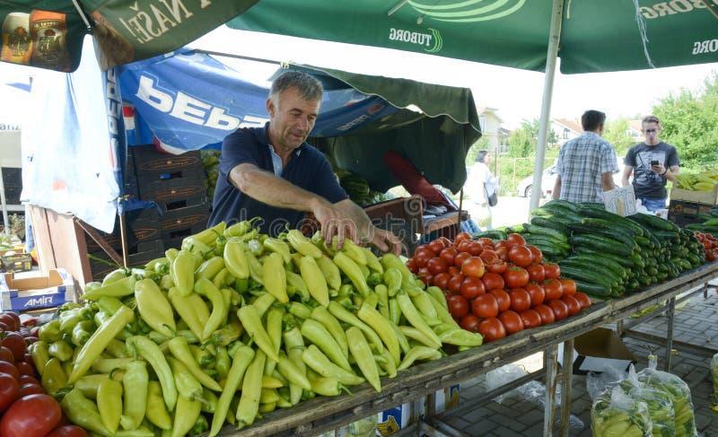 Ludzie zakupów świeżych owoc i warzywo na rolniku wprowadzać na rynek w Resen, Macedonia fotografia stock